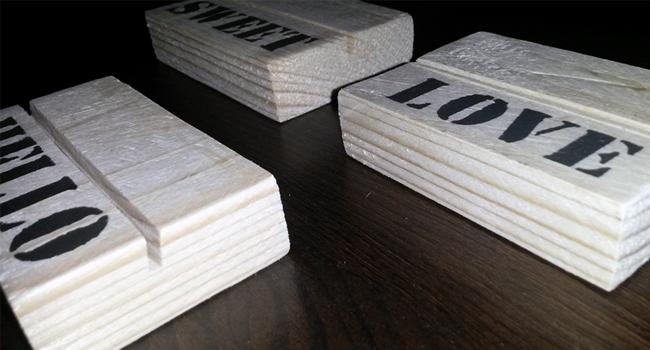 kaarthouder gemaakt van hout met tekst